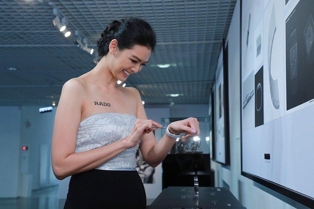 林嘉綺現場用工具示範刮表,高科技陶瓷毫無損傷。圖/雷達表提供