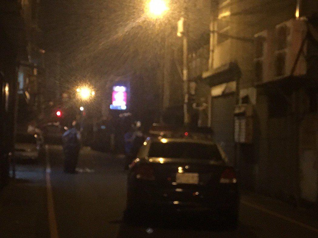 警方封鎖疑似槍手自盡處的元化路巷道。記者呂筱蟬/攝影