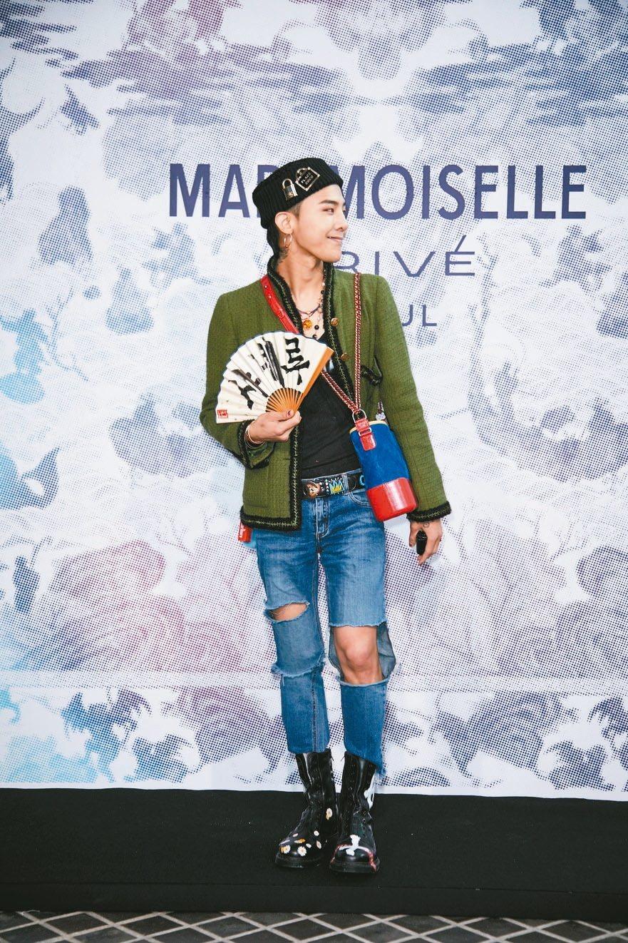 人氣男星權志龍G-Dragon進到香奈兒展場,就拿起手機拍個不停。 圖/香奈兒提...