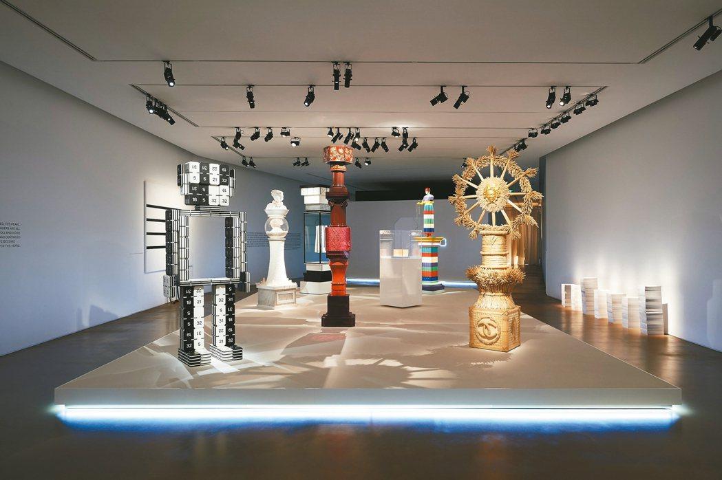 展示數字機器人、珍珠、黑白線條意象等香奈品牌經典符碼為主題的「TOTEMS」展區...
