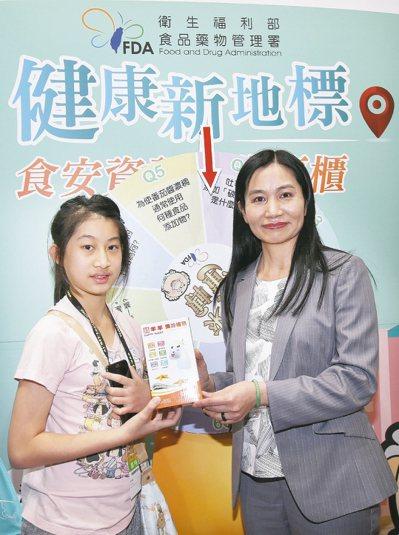 食藥署長吳秀梅(右)到場宣導食安。 記者蘇健忠/攝影