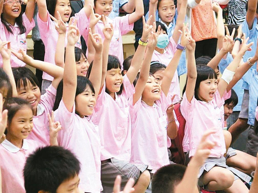 「樂」計畫讓音樂種子在台灣偏鄉學校發芽,圖為今年5月巡迴到台東大學附設實驗小學。...
