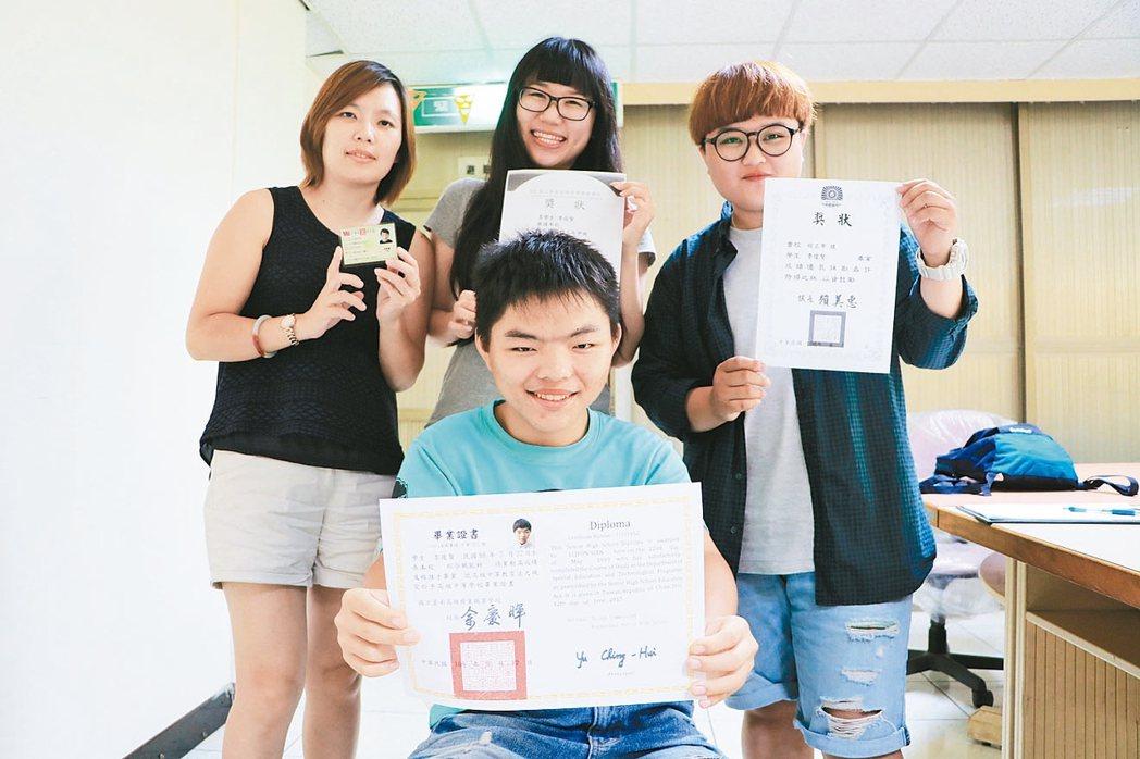 李俊賢(前)成為朝興啟能中心第一位大學新鮮人,有如媽媽一般陪伴他長大的督導、社工...