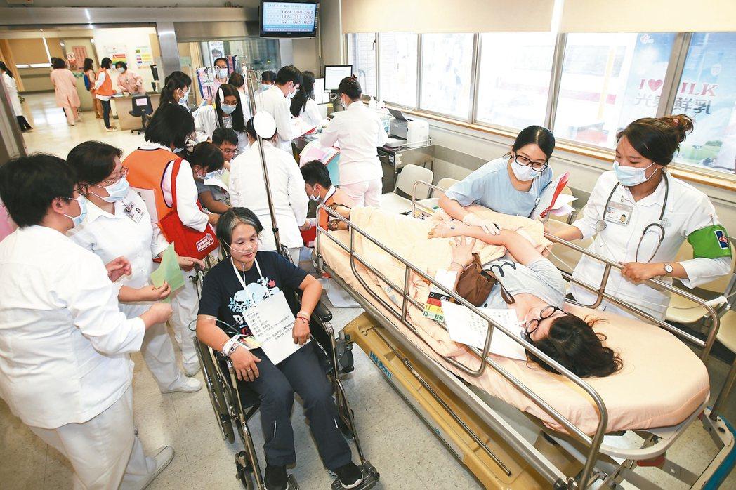 世大運大量傷患實兵演練醫療應變昨天在新光醫院操演。 記者蘇健忠/攝影