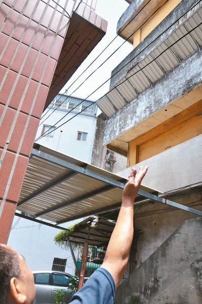 桃園市中壢區中央西路一段的一棟老舊商場大樓,後側陽台不時掉落水泥塊,後方住戶膽戰...