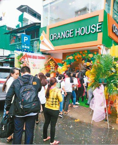 橘菓子在越南胡志明市開出直營旗艦店,排隊人潮不斷。 圖/橘菓子提供