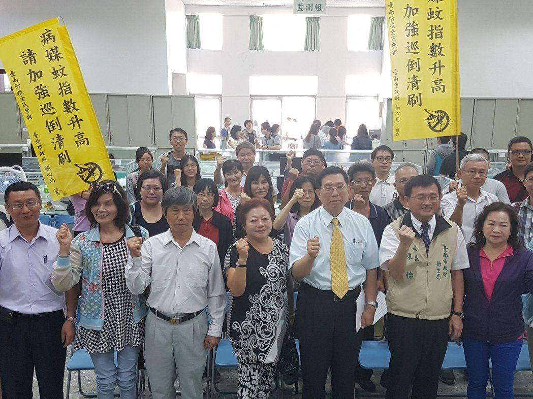 台南市衛生局昨天召開登革熱宣導會,表示今年將首度針對病媒蚊指數高的里放置圖後方的...