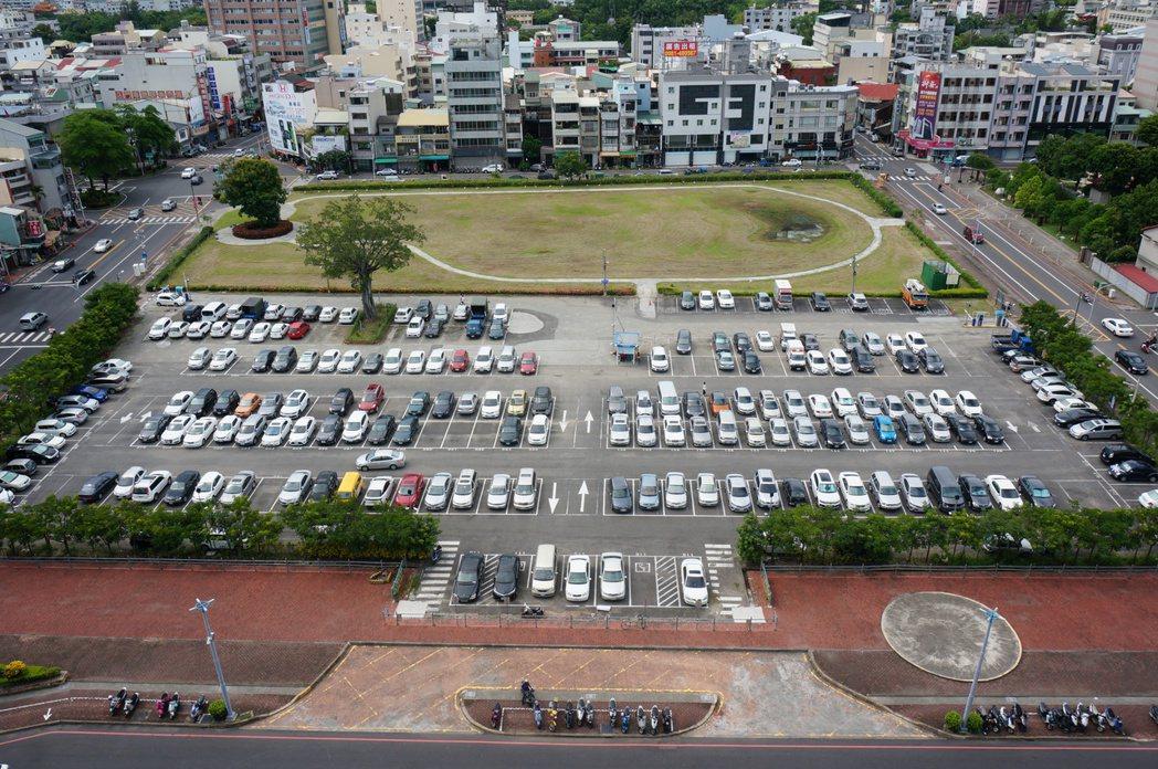 嘉市府北棟大樓拖延10餘年,目前仍做停車場、公園用途,嘉市長涂醒哲昨天宣布6月1...