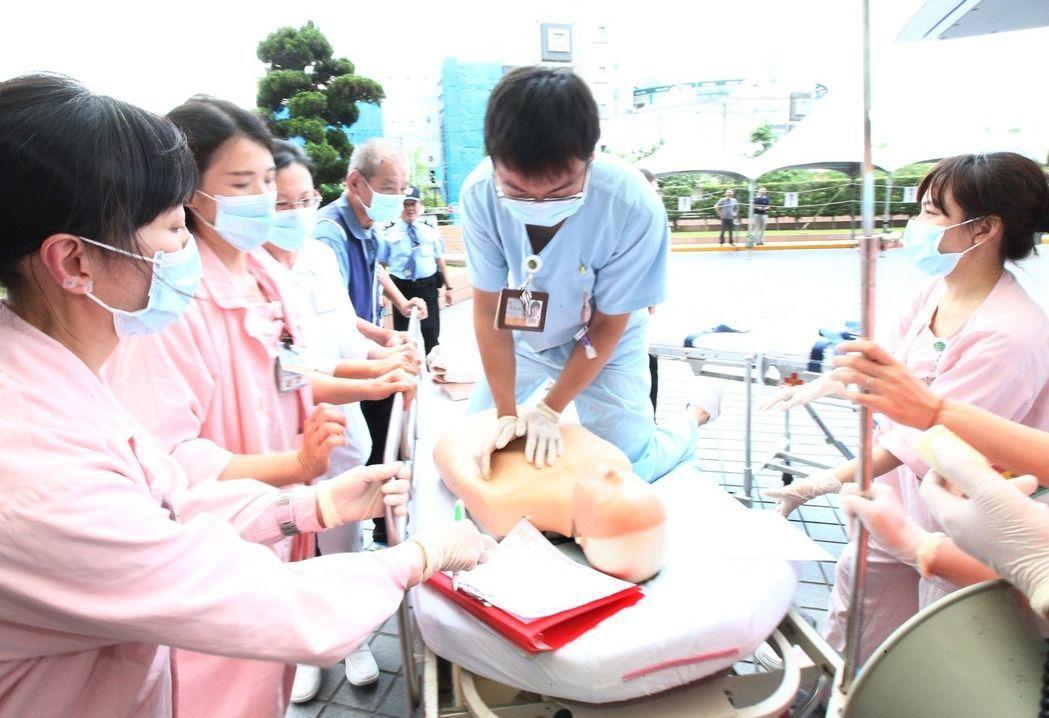 台北世大運今天上午在台北市新光醫院實兵演練大量傷患應變機制。 記者蘇健忠/攝影