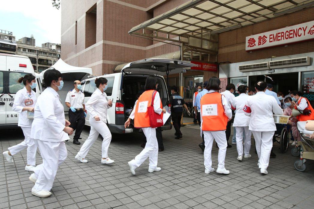 世大運大量傷患實兵演練醫療應變昨天在新光醫院操演,實際進行大量傷患進到醫院的應變...
