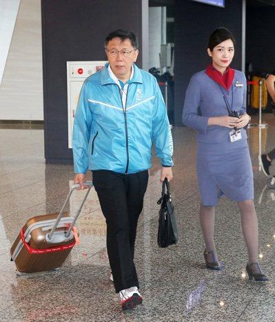 台北市長柯文哲率團前往義大利杜林點燃本屆世大運聖火,昨天中午搭乘華航返抵桃園機場...