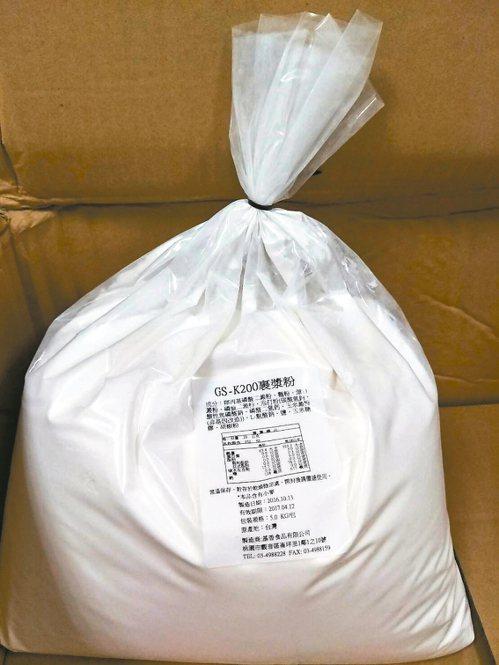 屏東縣吉富食品以今年四月就過期的「裹漿粉」,生產「爆漿檸檬豬排」,遭食藥署要求全...