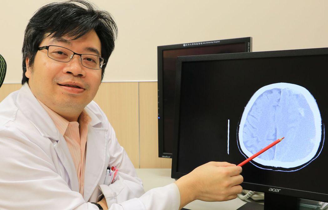 醫師李建裕說明,慢性硬腦膜下血腫因積血壓迫大腦,可能出現手抖、頻頻跌倒、偏癱等症...