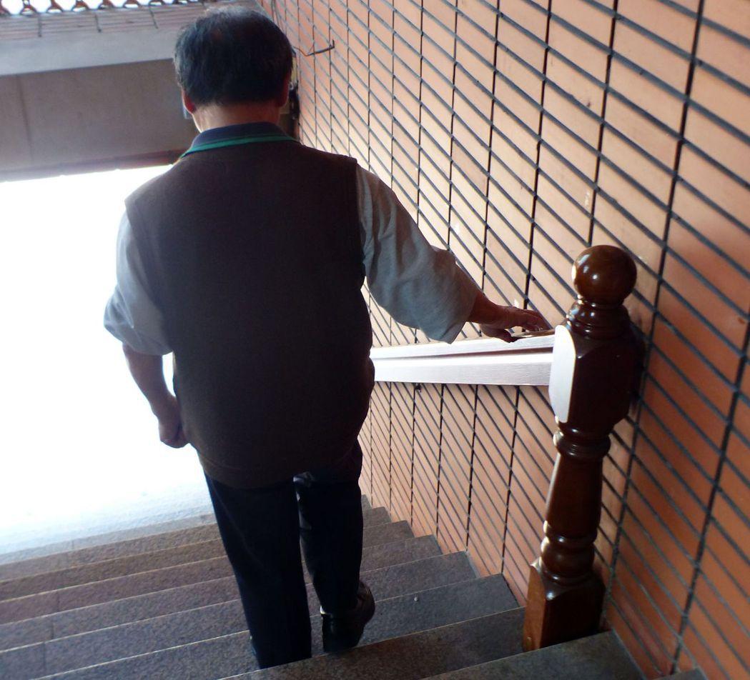 醫生周希諴建議,老人下樓最好搭電梯,沒有電梯走樓梯時,記得扶著扶手。 記者趙容萱...