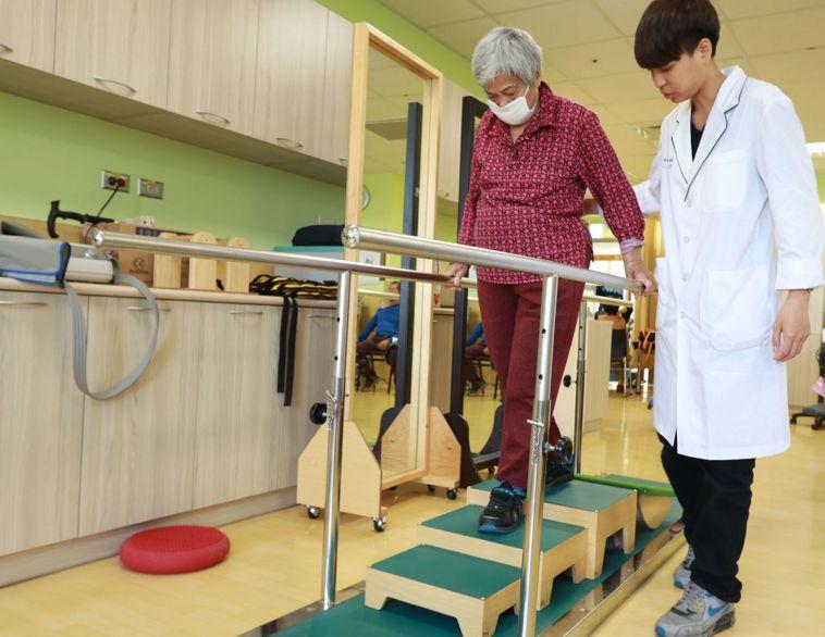 醫師趙明哲提醒,老人家走路最好步步為營,多走路訓練肌力。 圖/亞大醫院提供