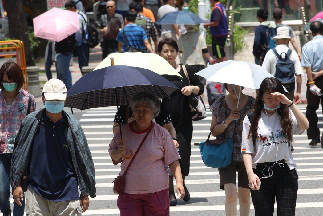 中央氣象局指出,台灣各地23日白天氣溫偏高,慎防中暑。 中央社