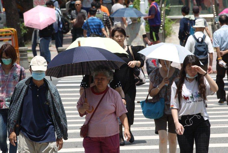 台灣白天氣溫偏高,慎防中暑。 中央社