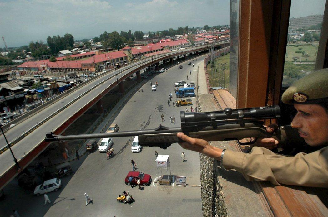 狙擊距離破世界紀錄的加拿大狙擊手從高樓開槍,此為示意圖。 (歐新社)
