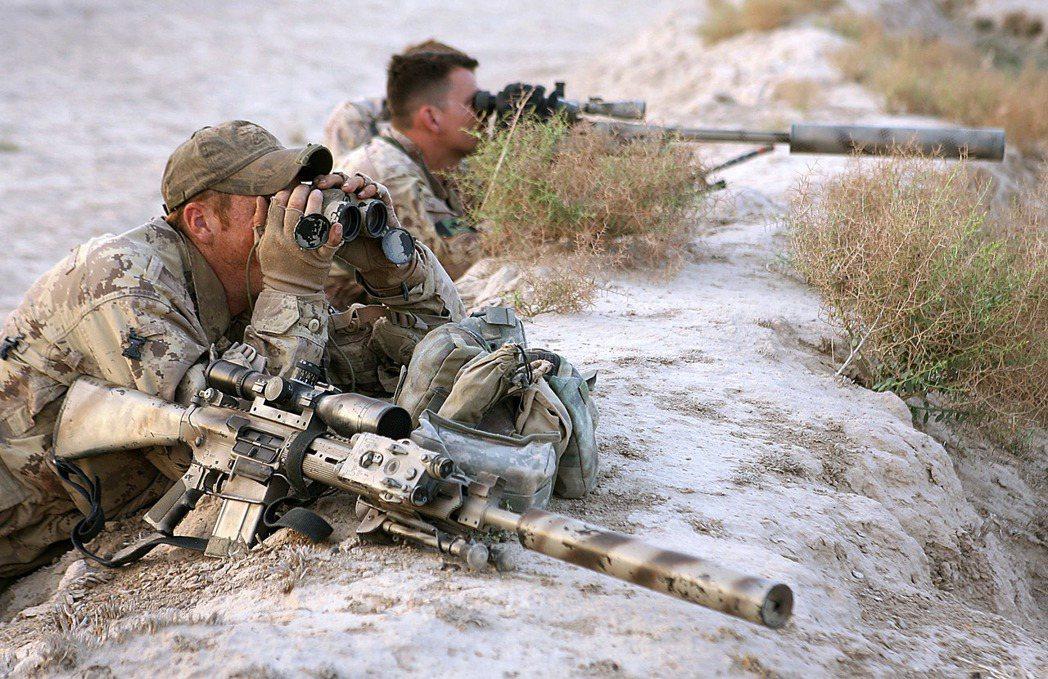 加拿大狙擊小組在阿富汗觀察地形。 (法新社)