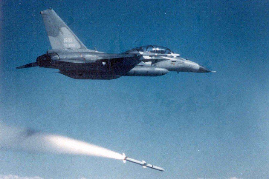 天劍二型飛彈驚傳操演墜海。圖為IDF戰機發射劍二飛彈。 圖/中科院