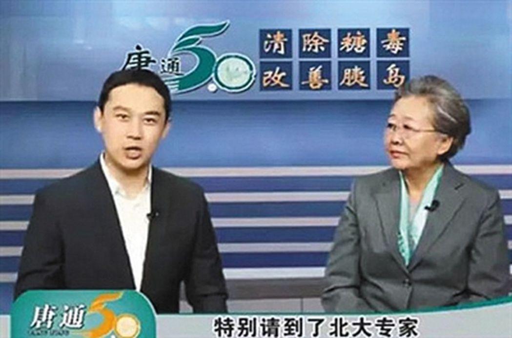 在不同的電視台,劉洪濱分別扮演不同的神醫身分。這是她在某電視台扮演的北大專家角色...