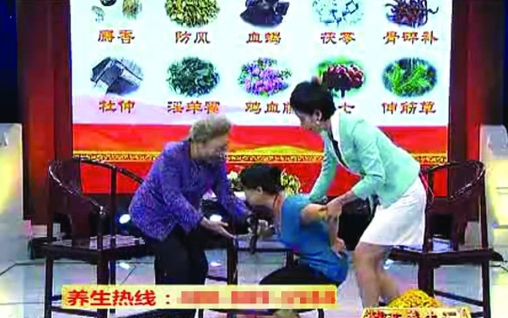 節目裡,劉洪濱讓一位坐輪椅多年的患者當場站了起來。(取材自南方都市報) 葉玉鏡