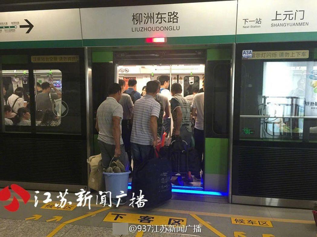 這群農民工足足延後了兩個多小時才上地鐵。(取材自江蘇新聞廣播) 葉玉鏡
