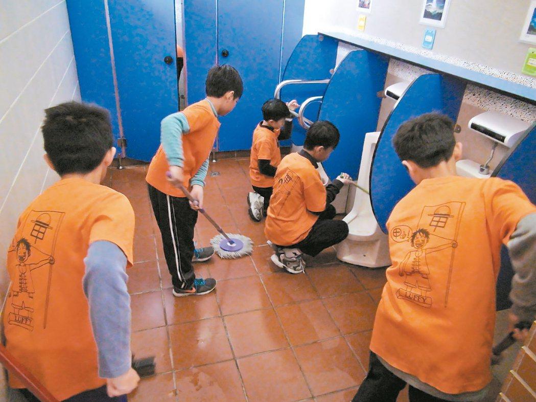 日本從小學開始教學生愛護廁所,學者建議台灣也要從小培養好的如廁、清理習慣。 報系...