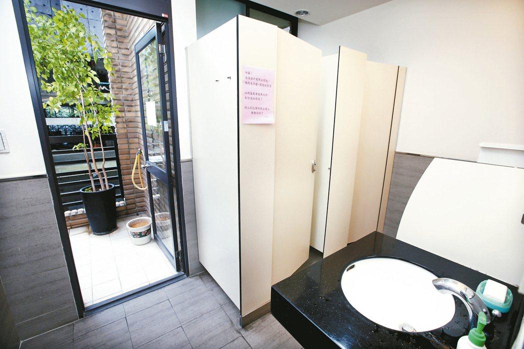 注重採光建築師張俊哲心目中的理想公廁,必須明亮、舒適、乾燥、通風、好用。 記...
