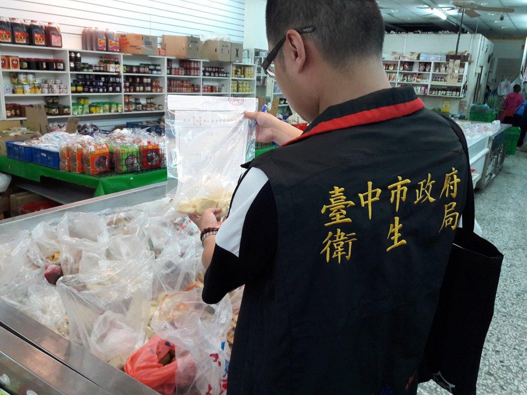 台中衛生局5月派員到傳統市場、大賣場、超市商店等處,抽驗料理滷味常用的未調味豆乾...