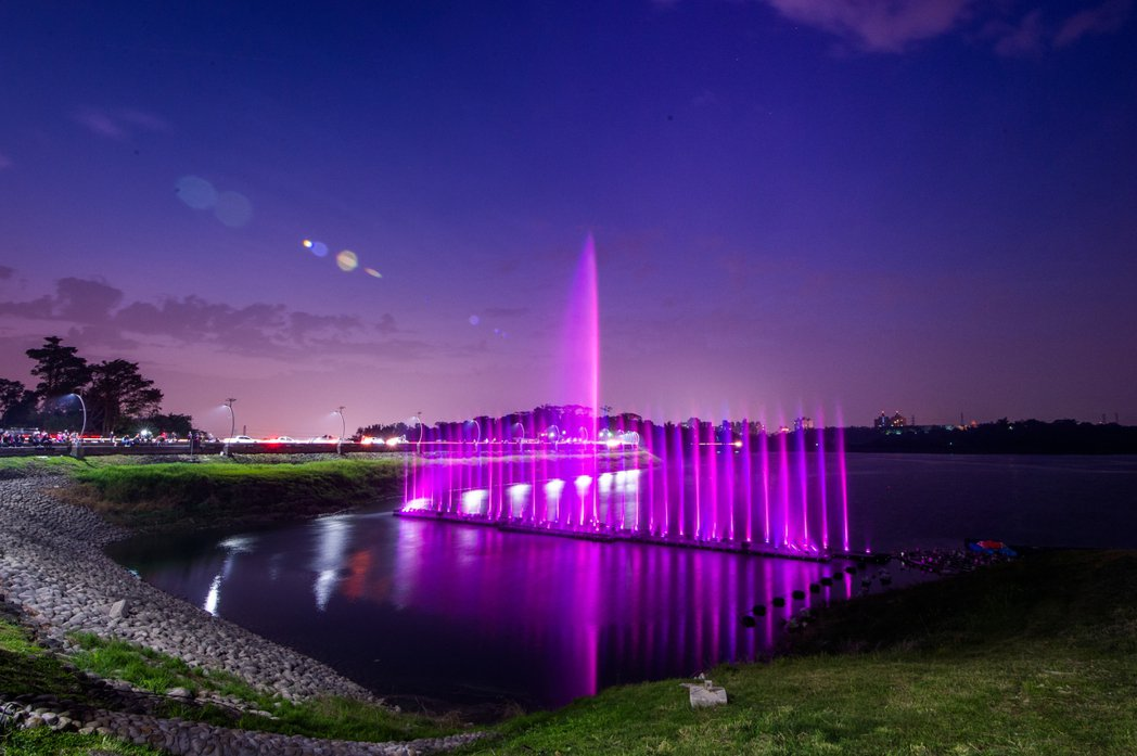 蘭潭音樂噴泉是視覺與聽覺的雙重饗宴,枯水期季節,音樂噴泉展演曾暫停一段時間。圖/...