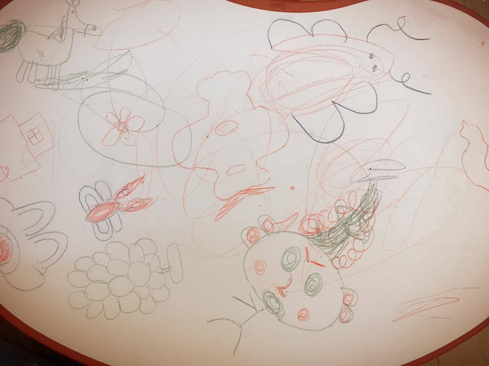 賈靜雯22日工作完回家,看到父女一起在桌上畫畫,兩人還賊賊的笑。 圖/擷自臉書。