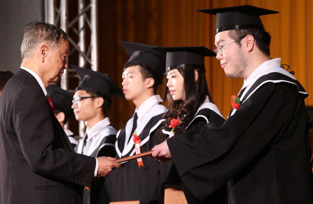 李家同教授表示「整個國家都怕年輕人、不怕我這種老年人」,然而年輕人跟老一輩的人之...
