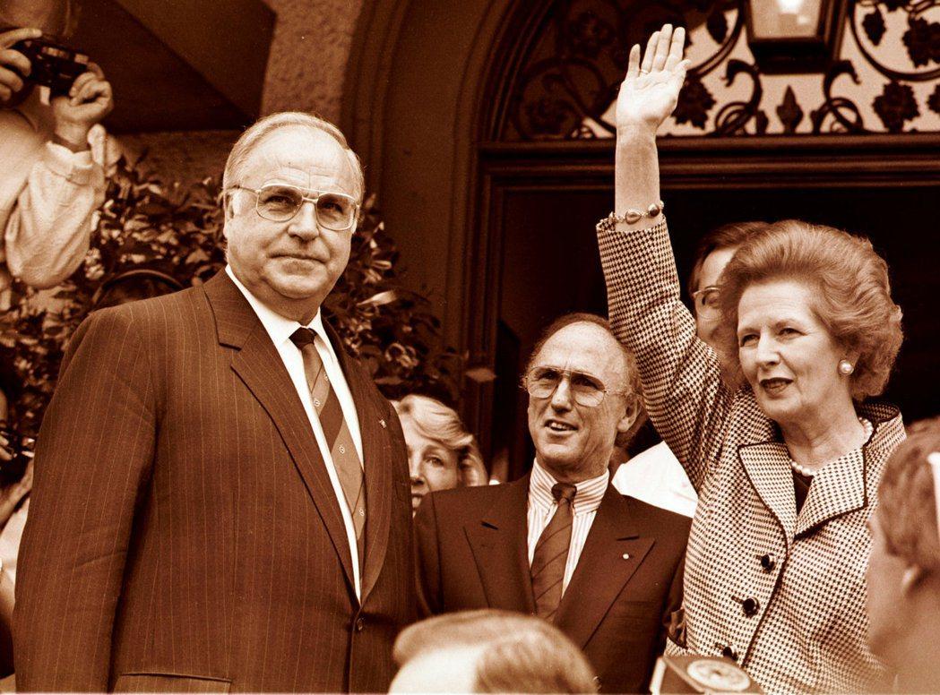 科爾透過承諾向英國定期彙報「其內閣閣員也不知道的消息」,藉以安撫柴契爾夫人對德國...
