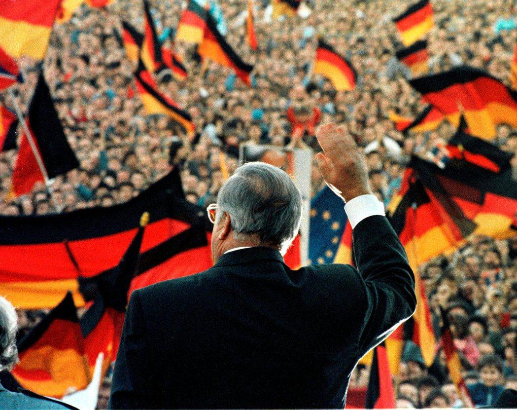科爾透過強調看似無害的家鄉觀念,豐富德國的傳統文化上的多樣性,使之共組成為日耳曼...