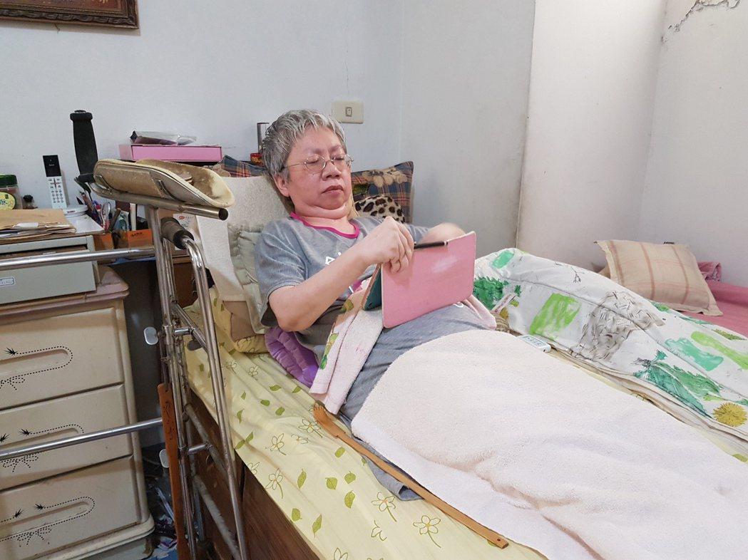 罹患類風濕性關節炎的李美瑩雖然行動困難,但仍在床上一字字地敲出給受刑人的信件,鼓...