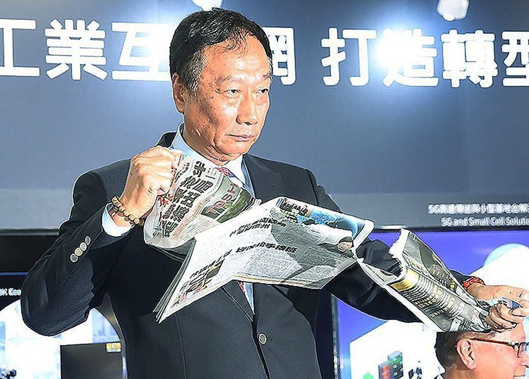 圖為郭台銘面對有媒體報導鴻海在東芝案「出局」,怒撕報紙。 記者楊萬雲/攝影