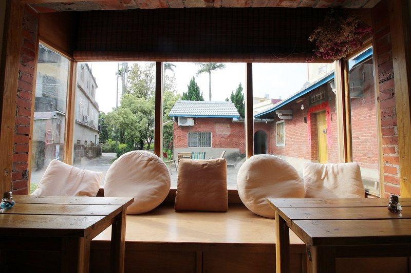 左護龍的房間改造成舒適的空間,窗台座位區是客人最愛的角落