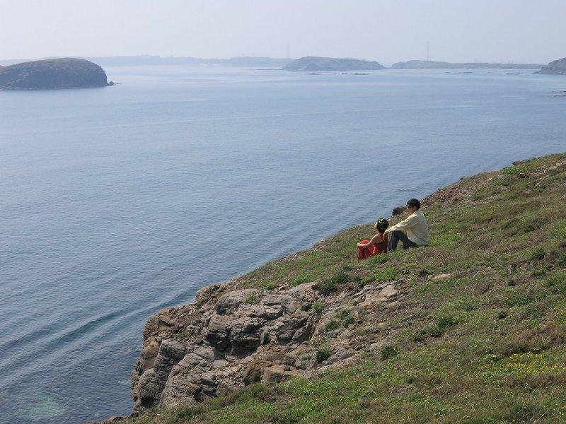 亦琳和土刀在望安過著簡單樸實的生活,偶爾帶旅人划向無人島