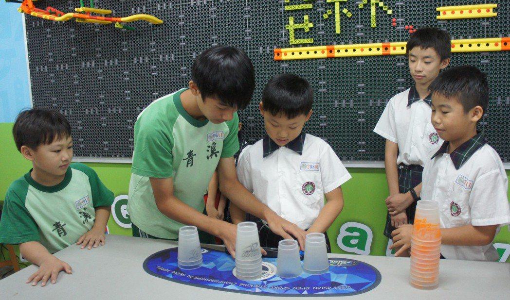 桃園青溪國小六年級生葉奕成(左2)參加過國內外大小疊杯賽事,今年代表桃園市參加世...