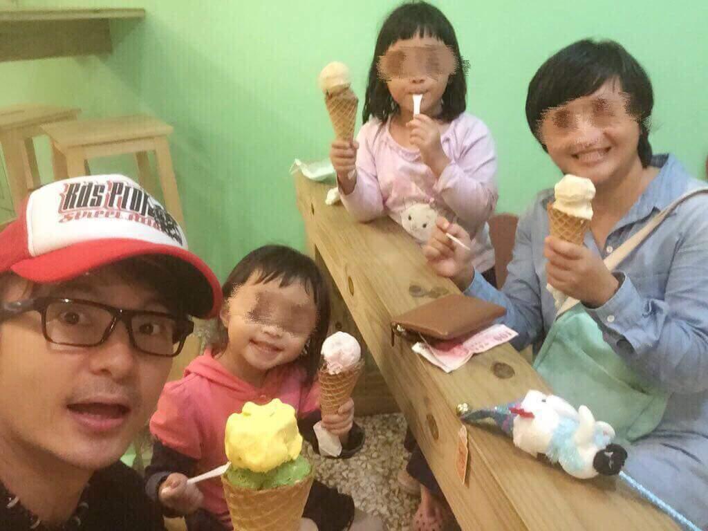 唐從聖帶家人吃冰。圖/摘自臉書