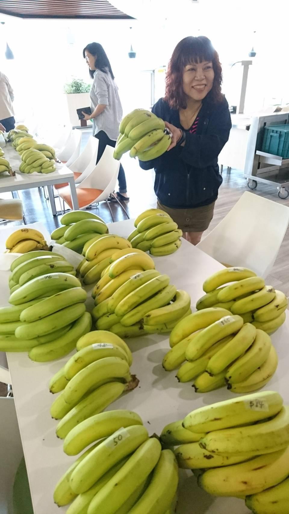 智易科技公司員工認購香蕉。圖/智易科技提供