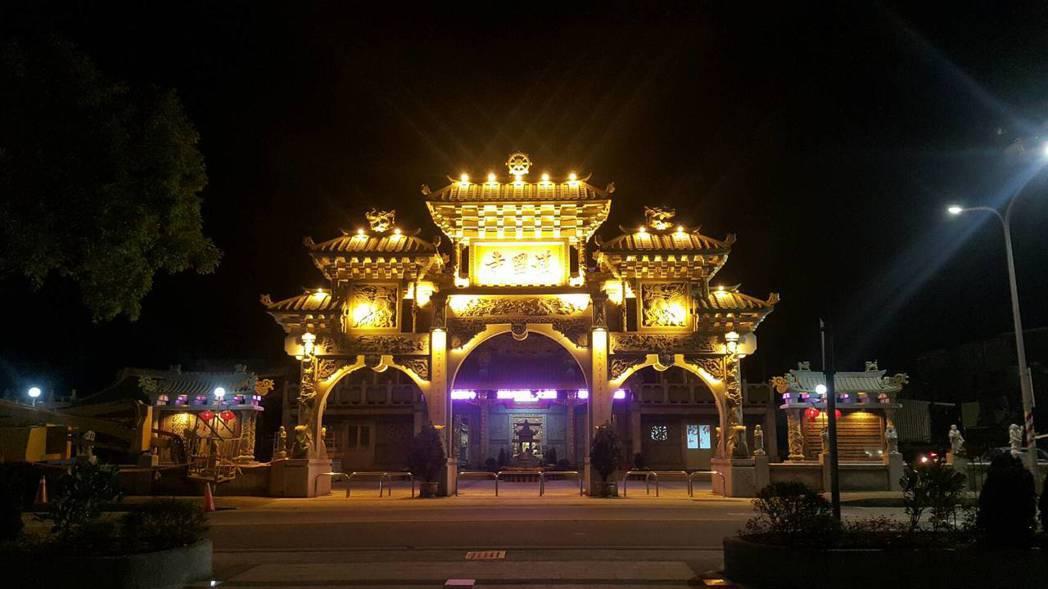 金湖護國寺夜晚的燈景有看頭,不少遊客晚上專程到場拍照與拜拜。圖/廟方提供