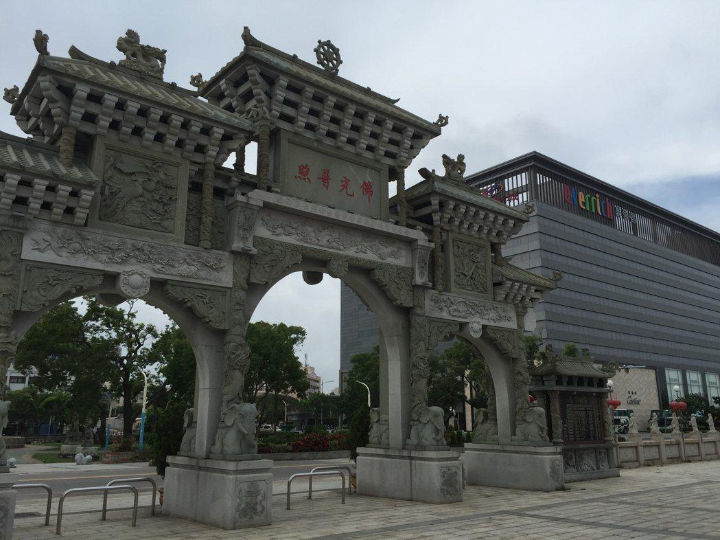 金湖地區知名的護國寺,鄰近昇恒昌免稅店大樓。記者蔡家蓁/攝影