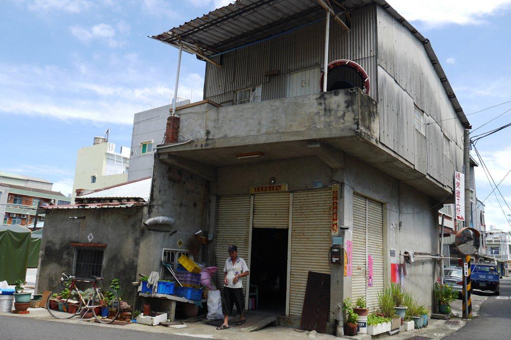 林姓男子在南區灣裡住了近50年,房屋年久失修,每逢大雨必定漏水,難以安穩入睡。記...