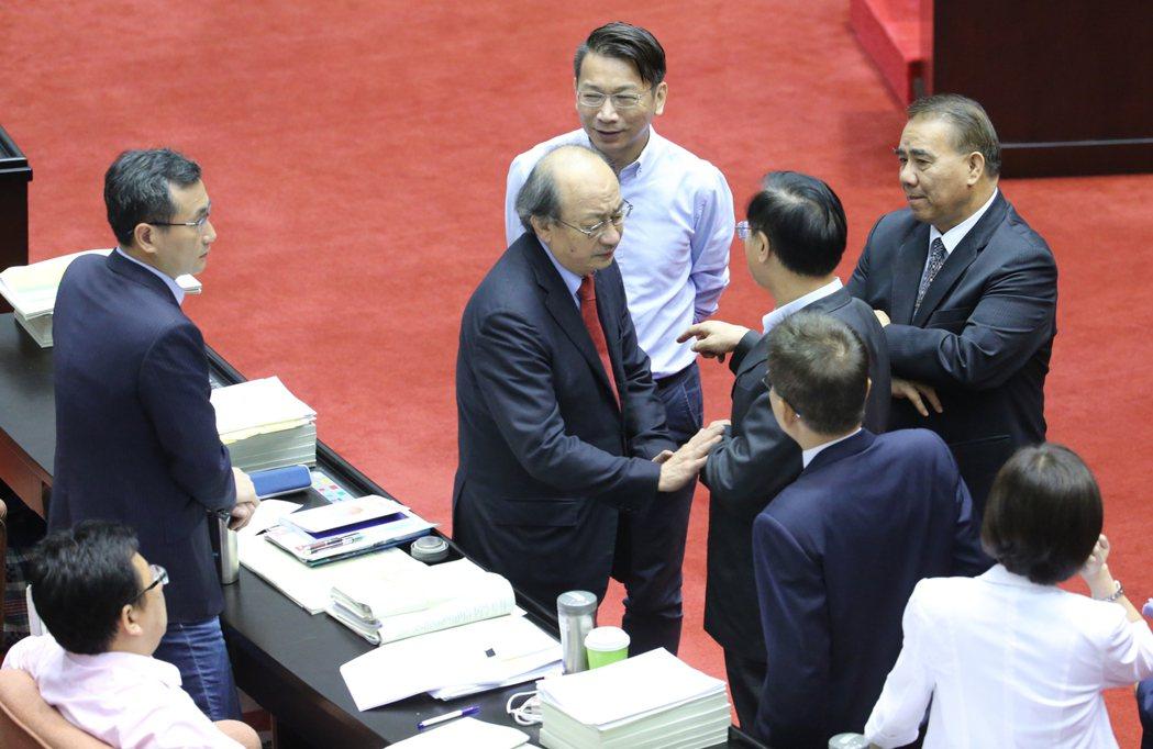 立委鄭天財(右四)提出部分條文中文字更動,在未知會民進黨的情況下,一群人吵成一團...