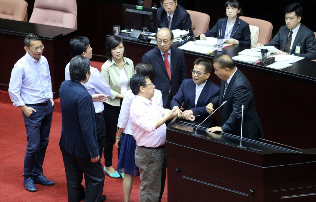 立法院上午審議公務人員退休資遣撫卹法,一群人吵成一團。記者許正宏/攝影