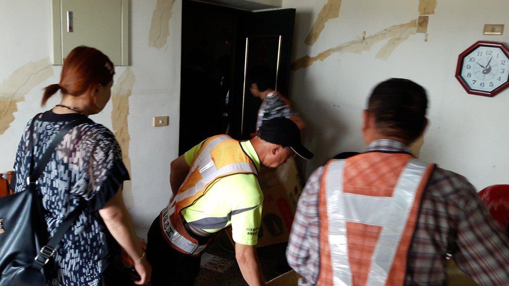 台中地檢署派七名社會勞動人,至罹血癌胡小妹妹家油漆及整理環境,將屋內整理的煥然一...