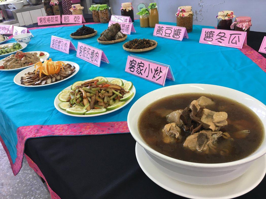 「HaKKa料理在我家」成果發表的料理菜色,除了老菜脯雞湯、鳳梨炒木耳及客家小炒...
