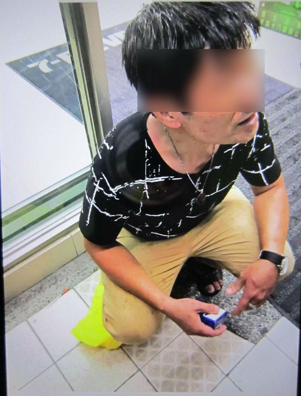 王嫌(圖者)拿出證件時,從口袋掉出注射針筒與零錢包,警方在零錢包內起出一級毒品海...